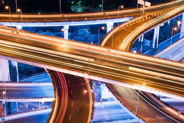 Gros plan des sentiers de lumière sur le pont de séparation