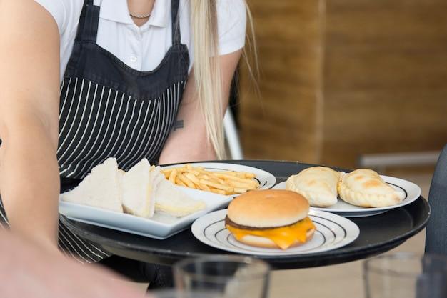 Gros plan, serveuse, délicieux, service, plats