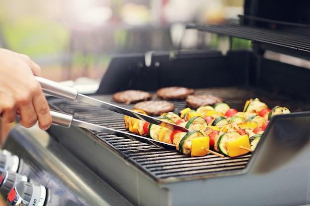 Gros plan des shashliks grillés sur grille