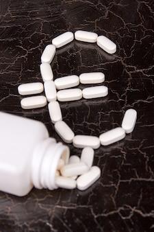Gros plan sur le signe euro fait de capsules médicales