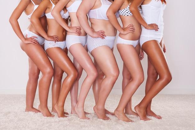 Gros plan d'une silhouette différente de jeunes femmes