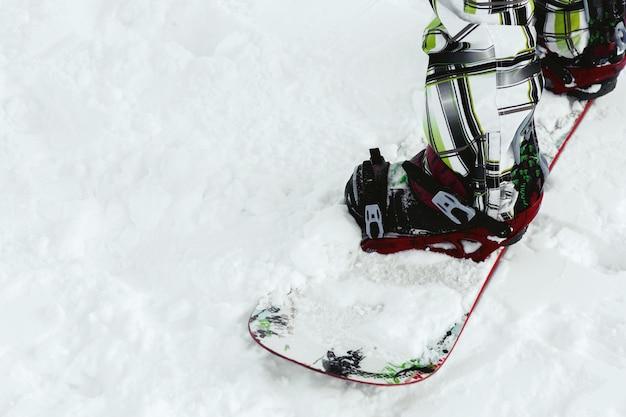 Gros plan, de, ski, bottes, sur, blanc, snowboard