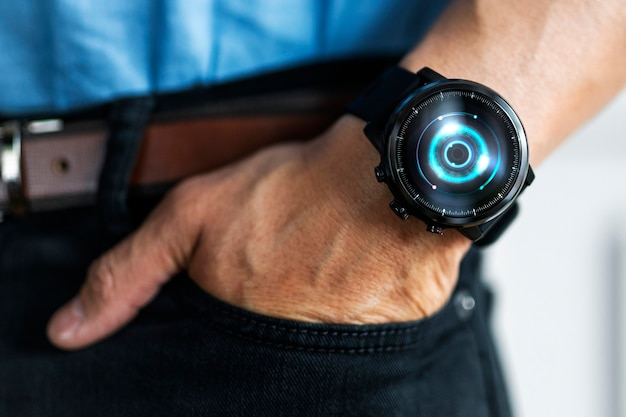 Gros plan d'une smartwatch sur le poignet d'un homme