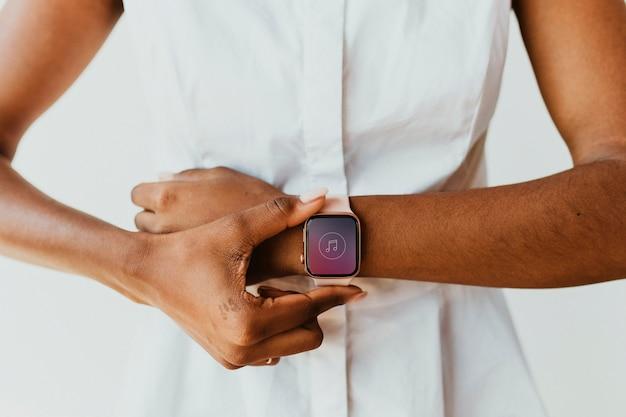 Gros plan d'une smartwatch sur un poignet
