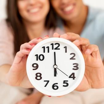 Gros plan, smiley, couple, à, horloge