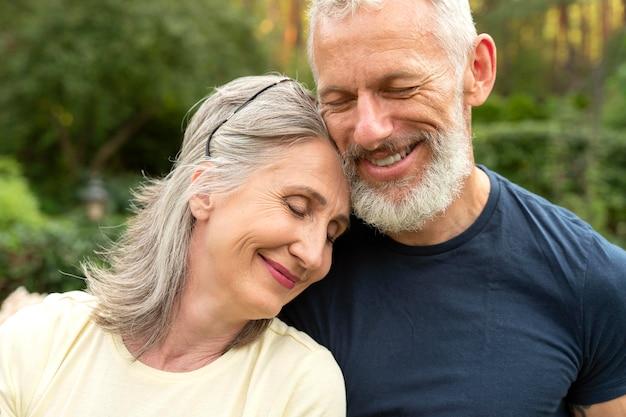 Gros plan smiley senior couple