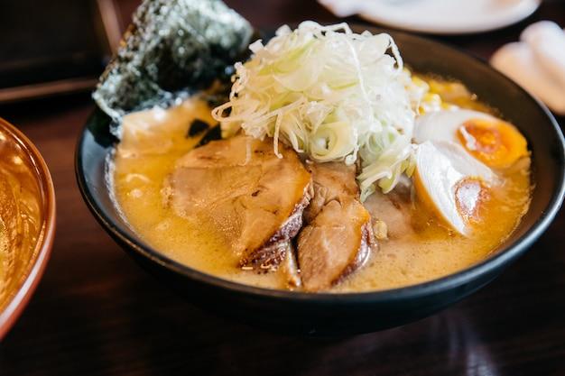 Gros plan de la soupe aux os de porc ramen (tonkotsu ramen).