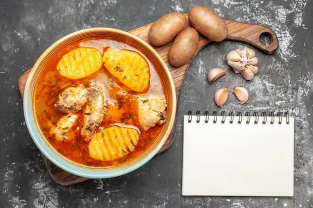 Gros plan sur une soupe maison avec un ensemble de poulet et d'épices