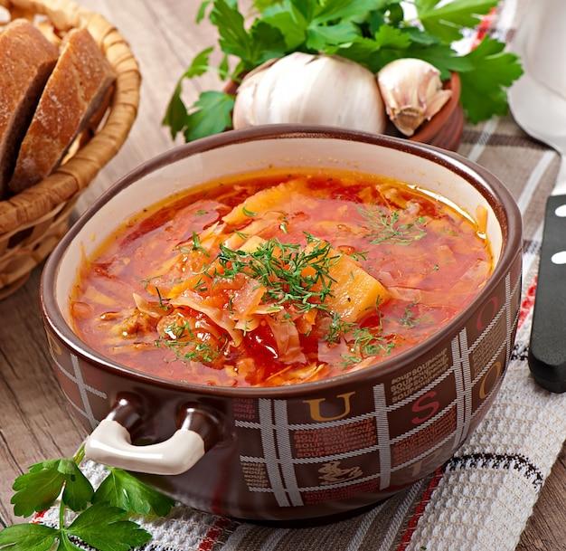 Gros plan de la soupe rouge nationale ukrainienne et russe gros plan