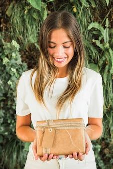 Gros plan, souriante, jeune, tenue, brun, boîte cadeau