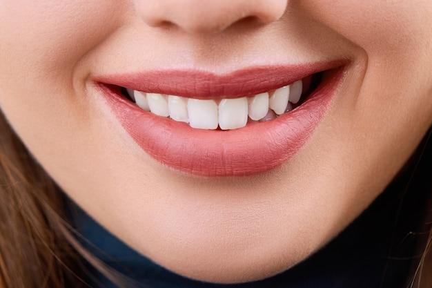 Gros plan sourire de belle jeune femme. santé dentaire. blanchissement dentaire. concept de restauration