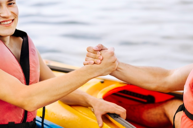 Gros plan, de, sourire, mâle, kayak, tenue, amis, main