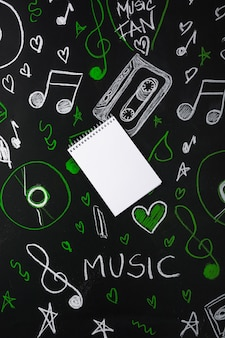 Gros plan, de, spirale, bloc-notes, sur, audio, équipements, dessiné, sur, tableau noir