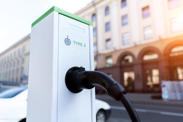 Gros plan sur la station de recharge pour véhicules électriques.