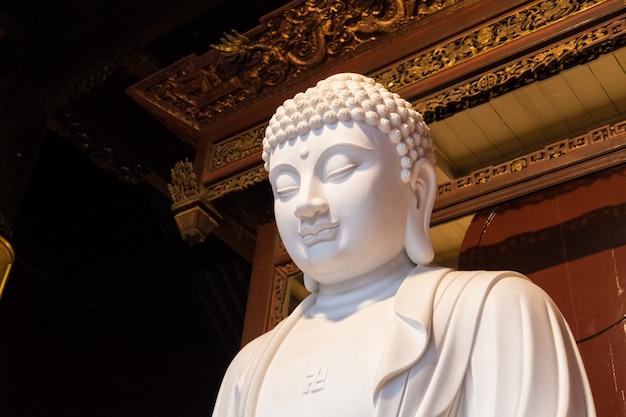 Gros plan de la statue de dieu bouddhiste dans l'ancien temple de longhua. chine, shanghai.