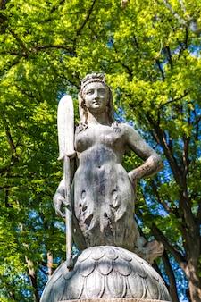 Gros plan de la statue de la sirène du pont dans le parc sempione à milan, italie
