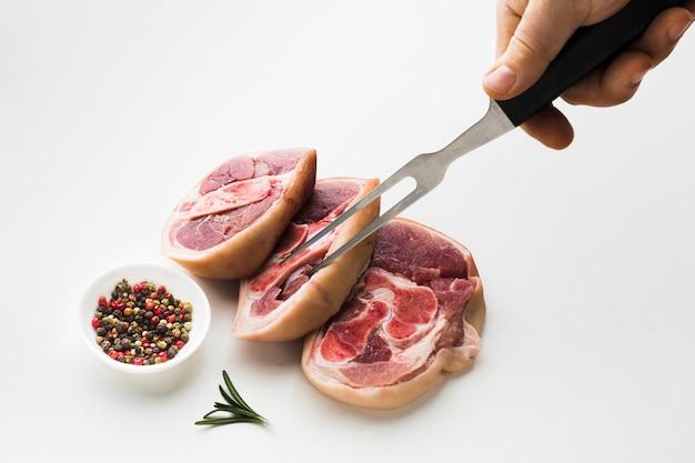 Gros plan des steaks frais sur la table avec du poivre