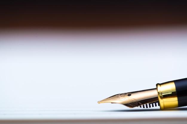 Gros plan, de, stylo plume, ou, stylo encre, à, papier cahier, sur, table