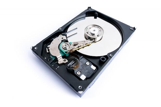 Gros plan de supports d'enregistrement de données sur un disque dur d'ordinateur de 3,5 pouces isolé sur blanc