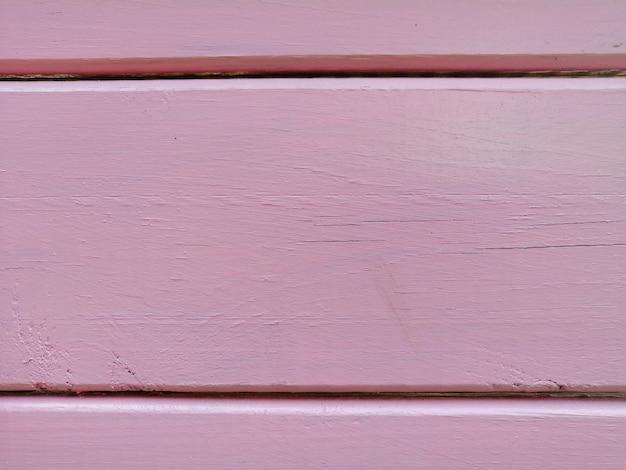 Gros plan d'une surface en bois peinte en violet