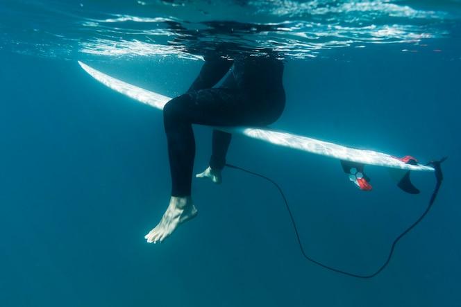 gros plan surfer assis sur une planche de surf