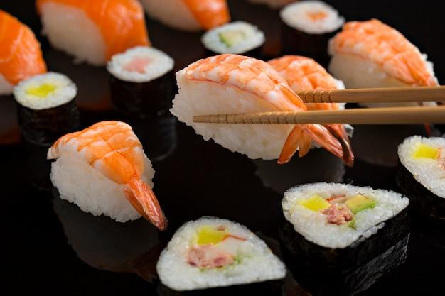 Gros plan de sushi, cuisine japonaise sur fond noir