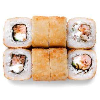 Gros plan sushi unagi, tempura rolls california avec saumon, crevettes, thon, caviar et fromage isolés sur fond blanc. livraison de restaurant de cuisine japonaise, sushi, ensemble de rouleaux.