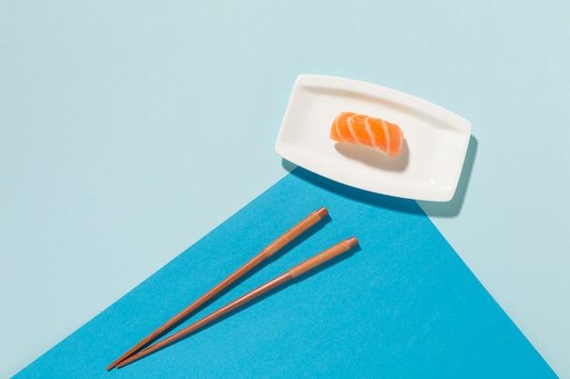 Gros plan des sushis frais avec des baguettes sur la table