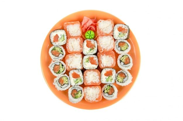 Gros plan de sushis japonais mis à la plaque sur un blanc