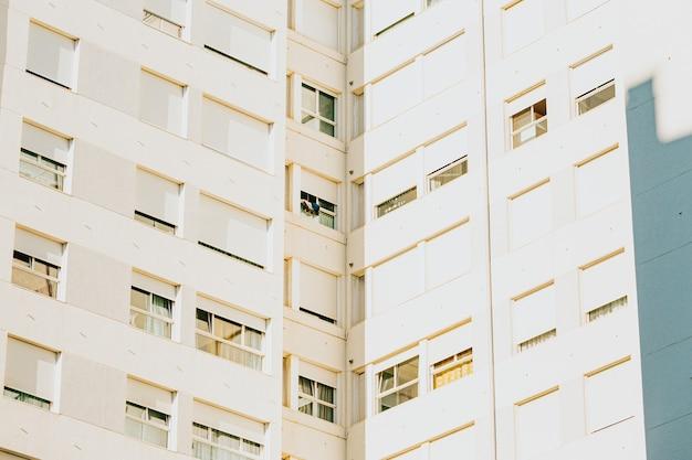 Un gros plan symétrique d'un mur de fenêtres sur un bâtiment avec copie espace et design