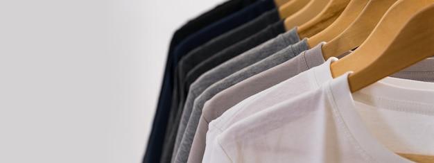 Gros plan de t-shirts sur des cintres, fond de vêtements