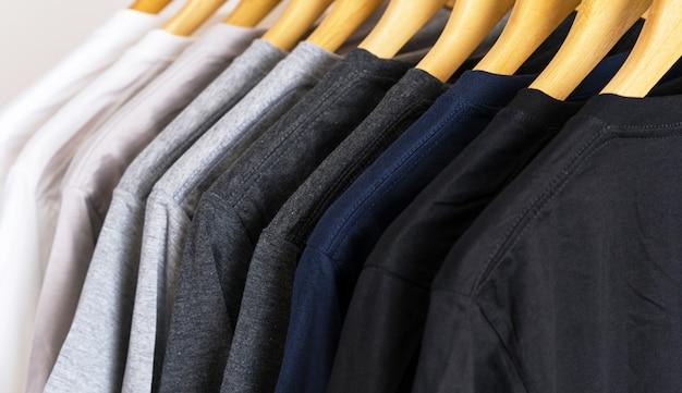 Gros plan, de, t-shirts, sur, cintres, habillement