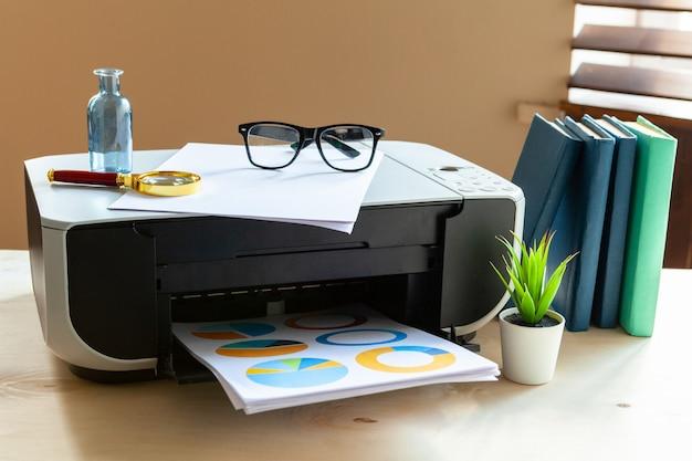 Gros plan d'une table de bureau avec une imprimante dessus