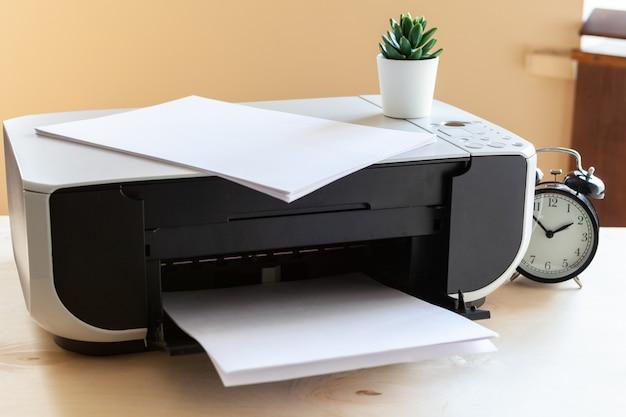 Gros plan d'une table de bureau avec imprimante dessus