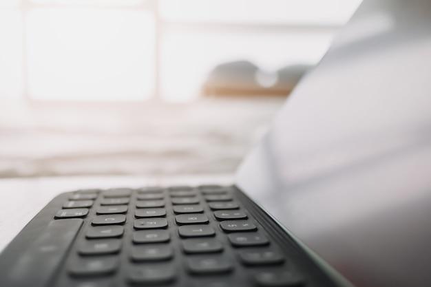 Gros plan sur une tablette dans un concept de chambre de travail à domicile
