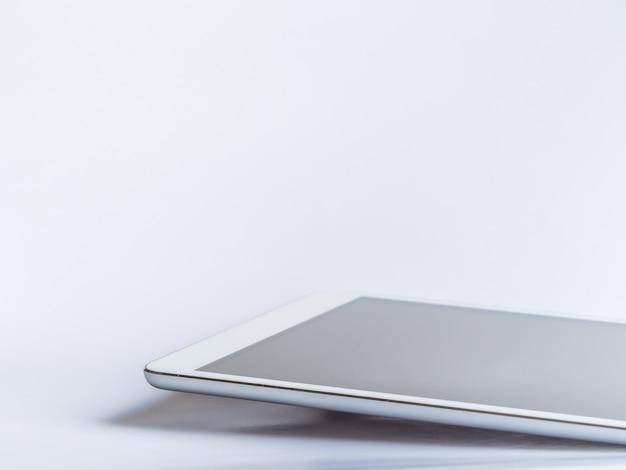 Gros plan de tablette sur fond gris