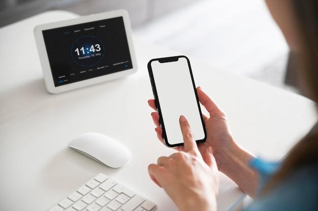 Gros plan en tapant au doigt sur smartphone