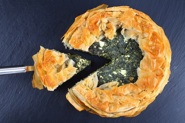 Gros plan d'une tarte aux épinards grecque
