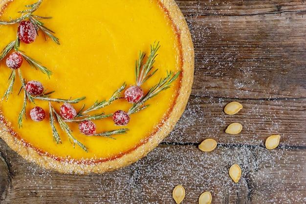 Gros plan de tarte à la citrouille aux canneberges sur fond rustique, vue de dessus.