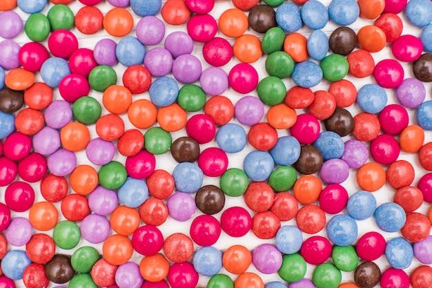 Gros plan d'un tas de bonbons enrobés de chocolat coloré