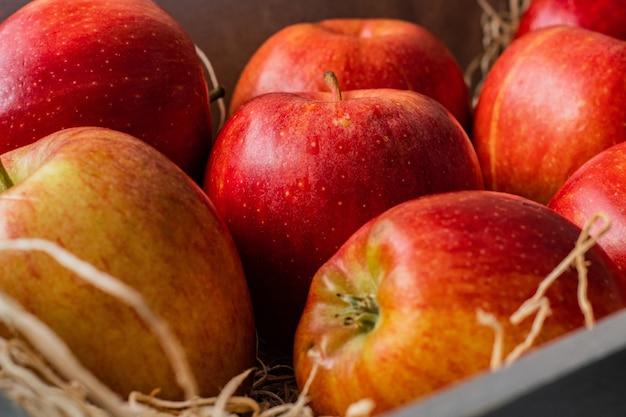 Gros plan d'un tas de savoureuses pommes rouges à la recherche