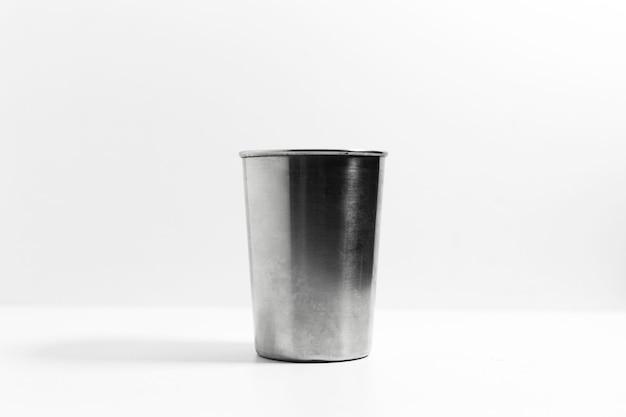 Gros plan de tasse en acier isolé sur blanc.