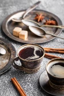 Gros plan d'une tasse de café biologique sur la table