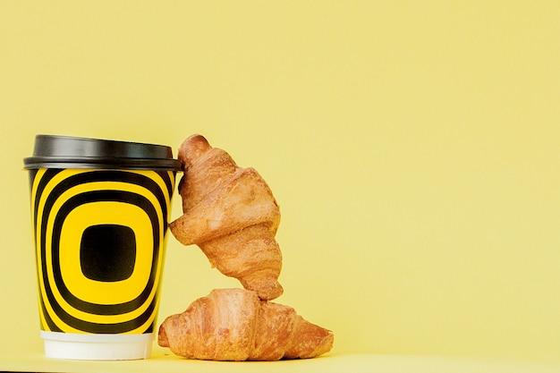 Gros plan sur la tasse de café et les croissants
