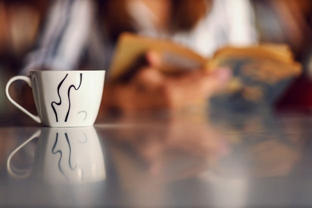 Gros plan d'une tasse de café frais sur la table.