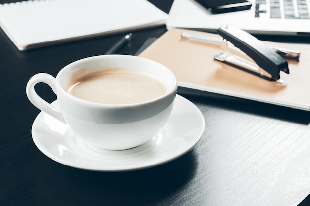 Gros plan d'une tasse de café à l'intérieur de la table de bureau