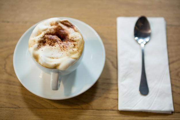 Gros plan, de, tasse café, à, mousse crémeuse, sur, table, dans, cafétéria