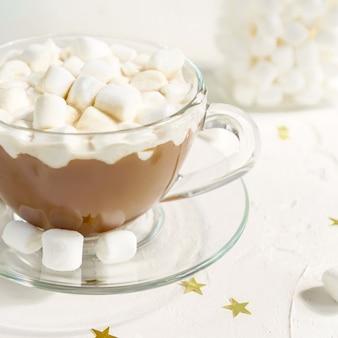 Gros plan d'une tasse de délicieuse boisson chaude au cacao avec des guimauves.