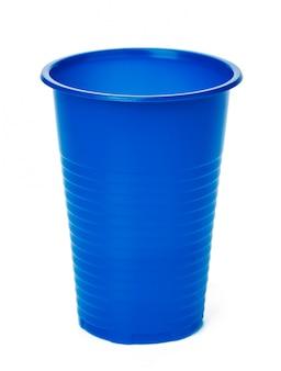 Gros plan d'une tasse en plastique sur fond blanc