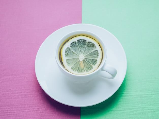 Gros plan d'une tasse de thé au citron